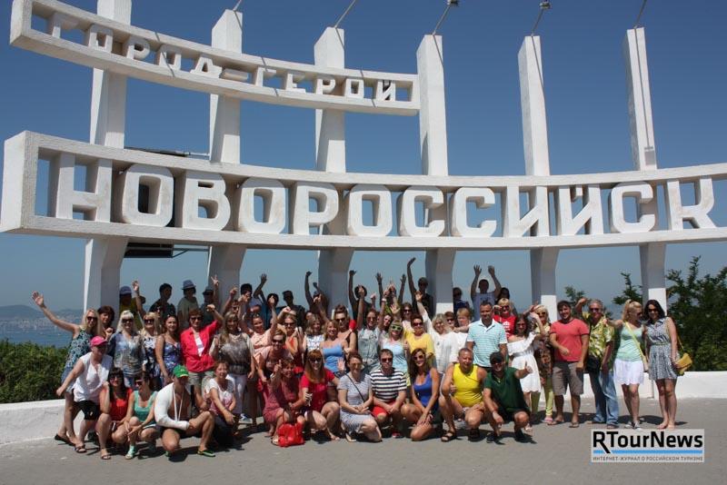 Участники ретро-тура «На поезде в Анапу!» туроператора «Библио Глобус» в Новороссийске