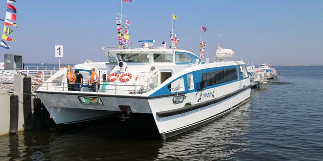 Катамаран «Грифон» за первую неделю работы перевез более 1300 пассажиров между Петербургом и Петергофом