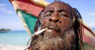 Сотрудник турфирмы вместе с путевками продавал клиентам наркотики